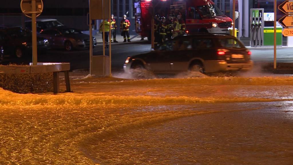 Überflutete Strassen wegen Rohrleitungsbruch