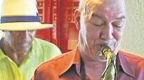 Der Musiker Tonico da Silva und Jakob Hug (tru)