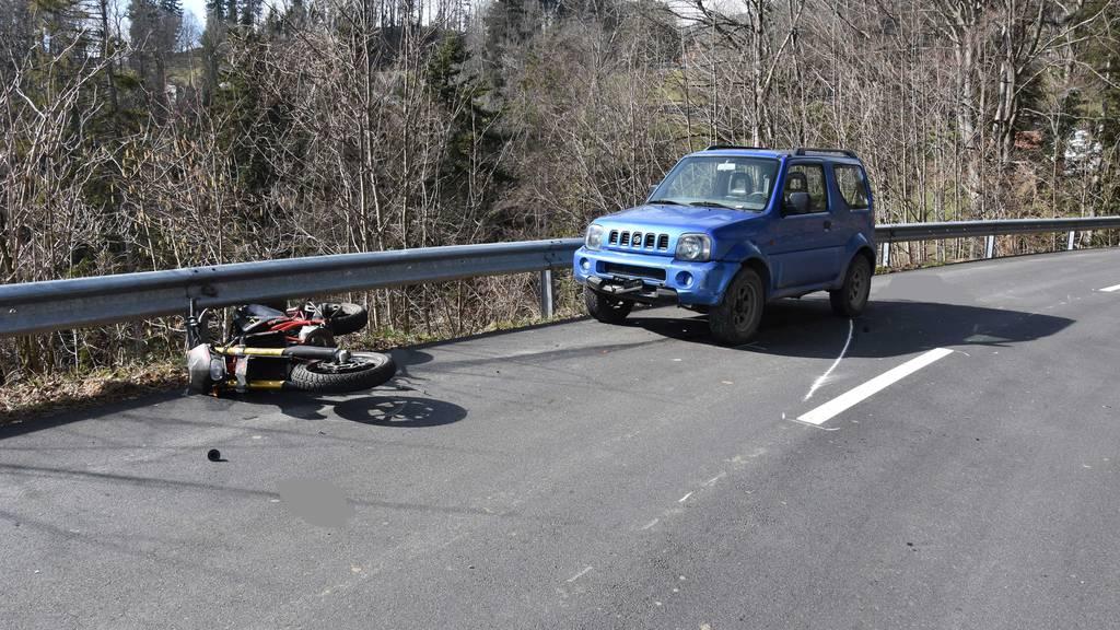 Nach Frontalkollision mit Auto: Motorradfahrer verletzt