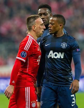 Nach einem Foul tauschen Bayern Franck Ribery (links) und Manchesters Patrice Evra böse Blicke aus.