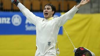 Max Heinzer jubelt über seine Bronzemedaille an der Universiade.