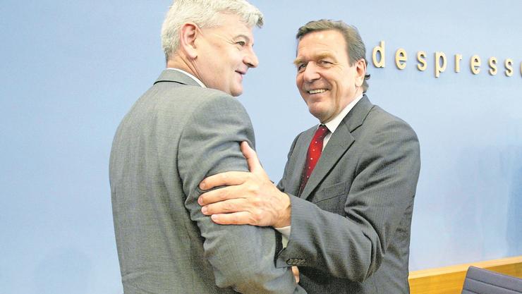Auf dem Höhepunkt der Macht: Aussenminister Joschka Fischer (l.) mit Kanzler Gerhard Schröder.