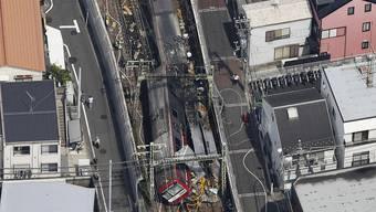 Zugunglück in Japan: Nach der Kollision mit einem LKW auf einem Bahnübergang entgleiste der erste Waggon und der Zug geriet in Brand.
