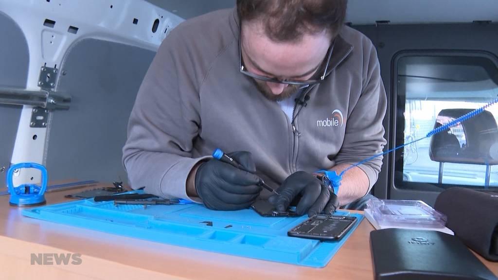 Mobiler Handy-Doktor repariert Smartphones in der Quarantäne