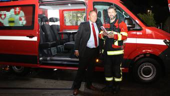 Daniel Savary (l.) übergibt den Schlüssel für das Fahrzeug an Dave Schär, Leiter des Beschaffungsteams.