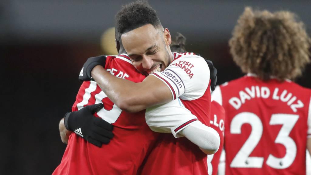 Pierre-Emerick Aubameyang bedankt sich bei Nicolas Pépé nach dem 1:0
