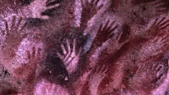 Handabdrücke aus der Cueva de las Manos in Argentinien (9000 bis 13'000 Jahre alt). Die Vervielfältigung eines Gens vor rund 282'000 Jahren unterscheidet den Homo sapiens von anderen Hominiden, scheint aber das Risiko für gefährlichen Erbgut-Veränderungen mit sich zu bringen. (Symbolbild)