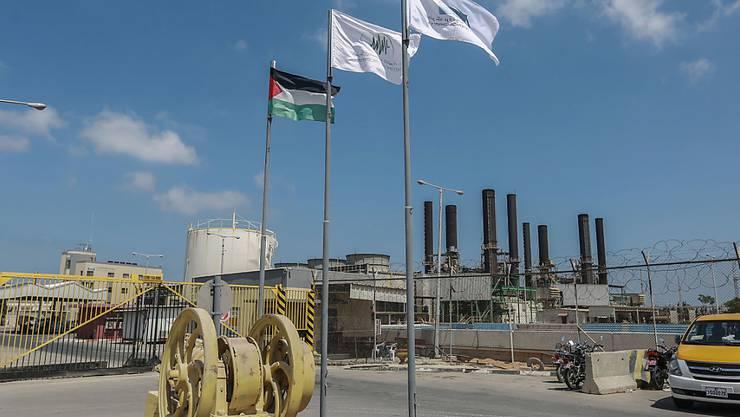Ein Blick auf den Eingang des Kraftwerks von Gaza in Nuseirat, nachdem es abgeschaltet wurde. Foto: Mohammed Talatene/dpa