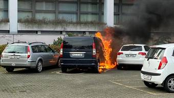 In Muttenz brannten zwei Fahrzeuge aus.