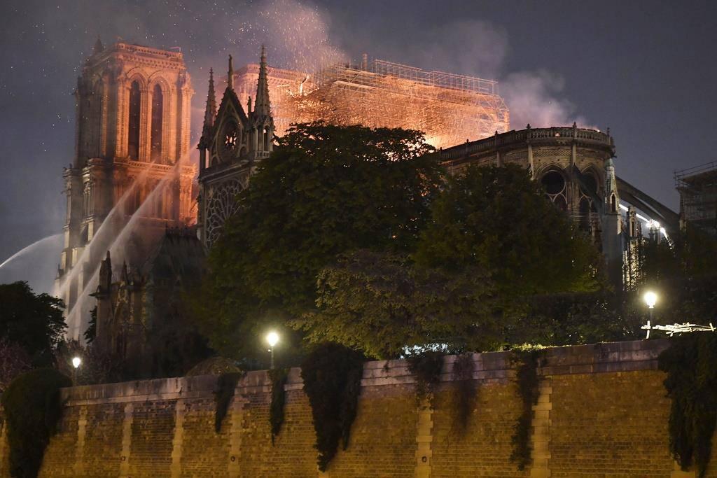 Pariser Kathedrale Notre-Dame brennt
