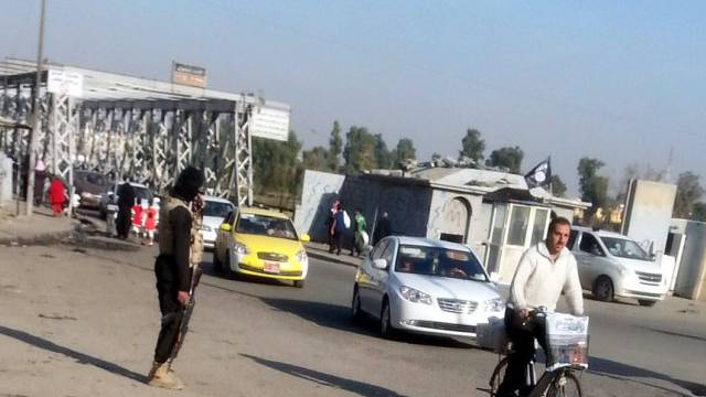 Ein Mann des IS kontrolliert eine Strasse im nordirakischen Mosul