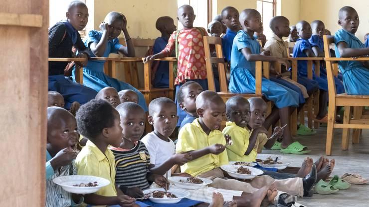 Dank den Spenden der Weihnachtsaktion können die Mamans Volontaires, die freiwilligen Mütter, künftig 400 Waisen und Strassenkinder betreuen und ihnen dreimal wöchentlich ein Mittagessen abgeben.