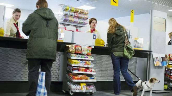 Vom Handy bis zum Kinder-Ei: Die Pöstler müssen Drittprodukte verkaufen, um das Postgeschäft zu finanzieren. Foto: Keystone