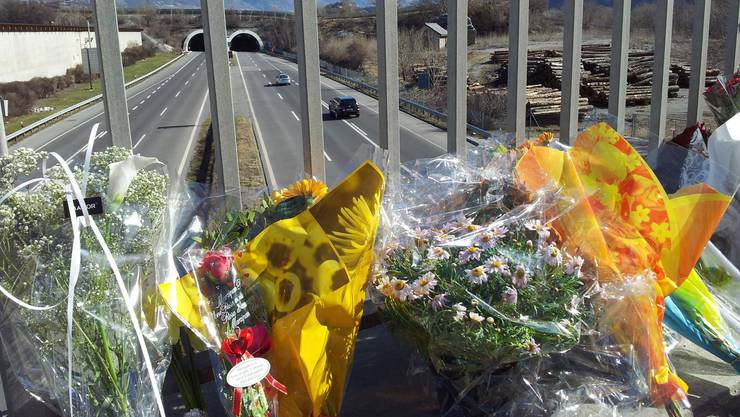 Blumen vor dem Unfallort, im Hintergrund der Eingang zum Tunnel