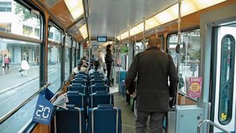 Die Haltestangen in den Zürcher Trams werden neu jede Nacht gereinigt – und die Türen gehen jetzt auch ohne Knopfdruck auf.