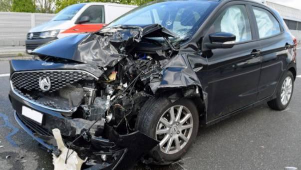 Die Autofahrerin versuchte auszuweichen, kollidierte aber mit ihrer linken Frontecke massiv mit der rechten Heckecke des Fahrschulautos.