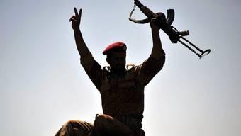 Ein Soldat im Jemen hält eine Kalaschnikow in die Höhe (Symbolbild)