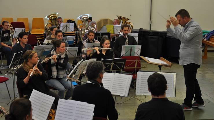 Dirigent Marco Müller arbeitet mit den konzentrierten Musikantinnen und Musikanten der Stadtmusik Olten, um ein tolles Adventskonzert bieten zu können. (Foto: Patrick Weibel-Adam)