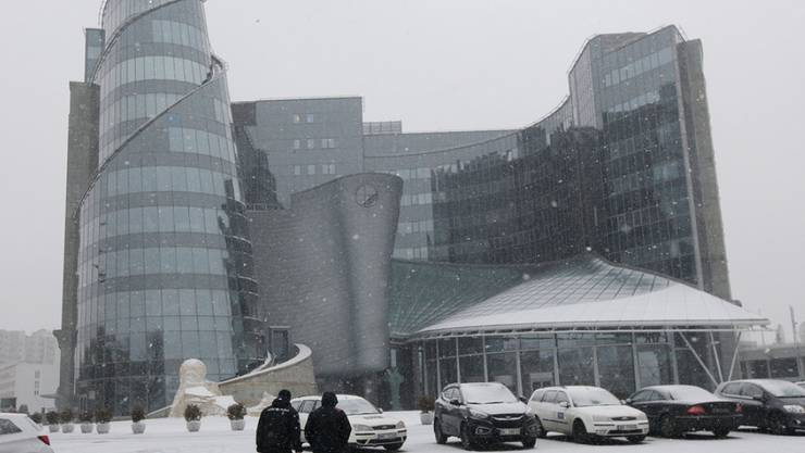 Gebäude des öffentlich-rechtlichen Fernsehens am Freitag im verschneiten Warschau - neuer Chef ist der nationalkonservative Politiker Jacek Kurski.