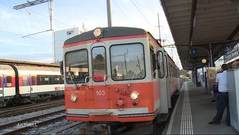 """Ein Unfall zwischen einem Sattelschlepper und dem """"Bipperlisi"""" sorgte dafür, dass bei der Aare Seeland Mobil das moderne Rollmaterial ausging. Seit 10 Tagen verkehrt daher ein älterer Zug auf der Strecke zwischen Langenthal und St. Urban."""