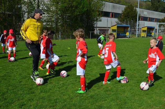 Soccer Camp Trainer machts vor.