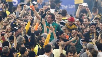 Berns Torhueter Marco Woelfli wird von den Fans gefeiert.