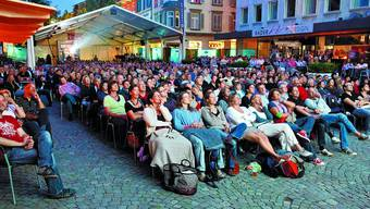 Volle Gasse:  Auch zu «Die Standesbeamtin» erschien viel Volk. (Bild: Hanspeter Bärtschi)