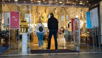 Wenn das Volk will, dürfen Geschäfte in Basel am Samstag künftig bis 20 Uhr geöffnet bleiben.