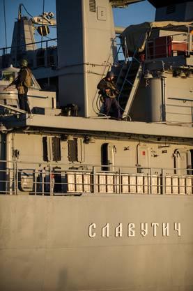 Ukrainische Marine-Soldaten schieben Wache auf einem Schiff im Hafen von Sevastopol