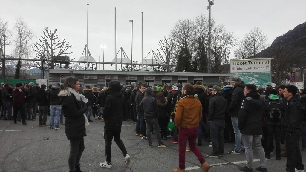 Fans warten vor dem Stadion.
