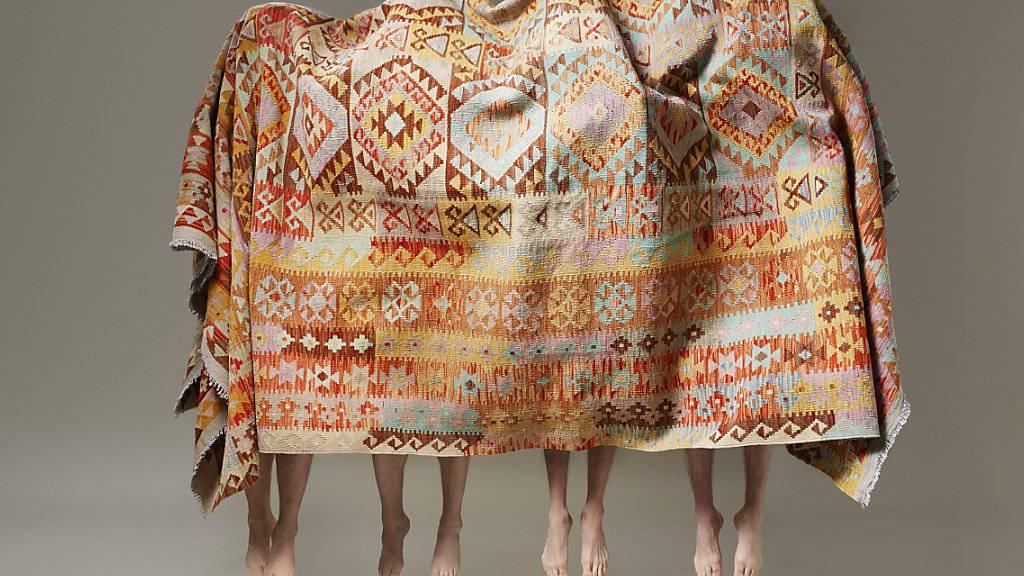 """Lorenz Cugini, Zürich, ist am 16. März in der Kategorie Fashion mit dem Swiss Photo Award 2017 ausgezeichnet worden. Die Fotografie """"Ballet des Tapis"""" (2016) ist vom 17. März bis 16. April in der Ausstellung in der Photobastei zu sehen."""