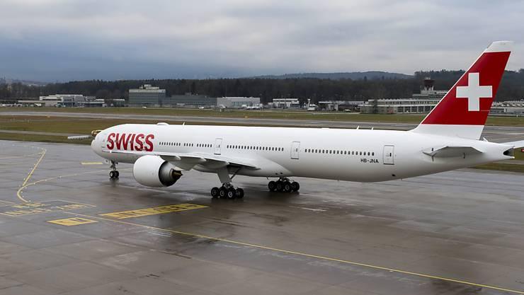 Eine Boeing 777-300ER der Swiss landet im Flughafen Zürich Kloten. Dank neuen Langstreckenflugzeugen, die mehr Platz bieten, konnte die Swiss im Januar mehr Passagiere mit weniger Flügen als im Vorjahr transportieren.