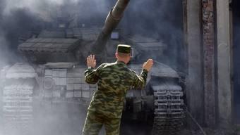 Pro-Russische Separatisten ziehen ihre Waffen ab in der Ostukraine - wegen der Sicherheitsprobleme sollen die geplanten Wahlen trotzdem abgesagt werden.