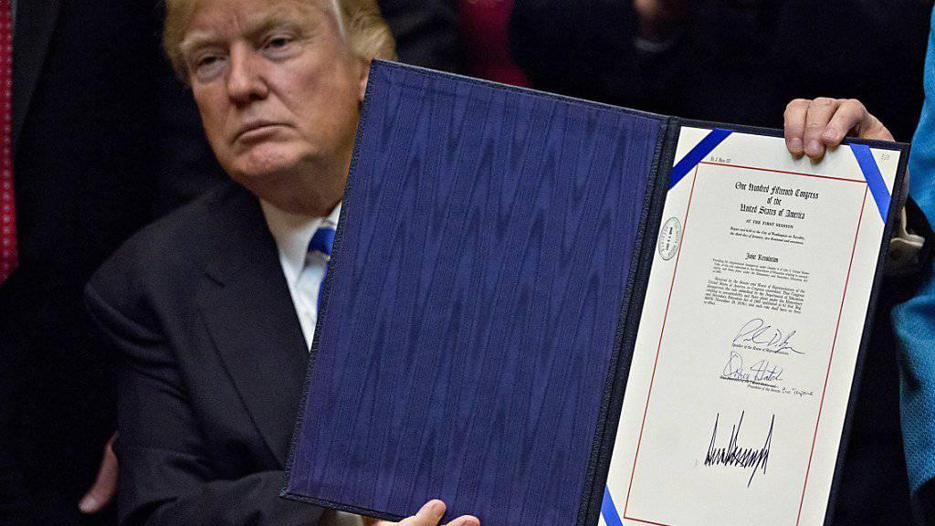 Mit einem Federstrich: US-Präsident Donald Trump hat soeben Obamas Klimapolitik beendet - mit einem Dekret im Weissen Haus.