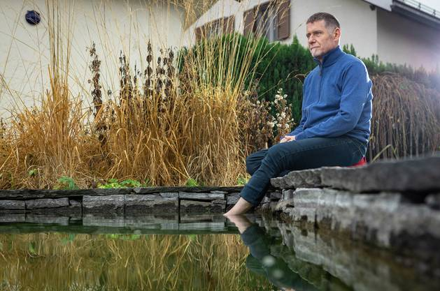 Am Bioteich in seinem Garten macht MBSR-Lehrer Jörg Kyburz täglich Achtsamkeitsübungen. Chris Iseli
