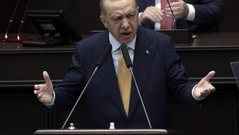 Recep Tayyip Erdogan, Präsident der Türkei, spricht vor den Gesetzgebern seiner Regierungspartei im Parlament. Foto: Uncredited/AP/dpa