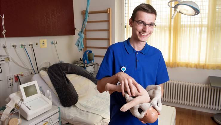 Hendrik Rogner posiert mit einem Beckenmodell für den Fotografen. Dieses zeigt, wie Kinder geboren werden. Bild: Alex Spichale
