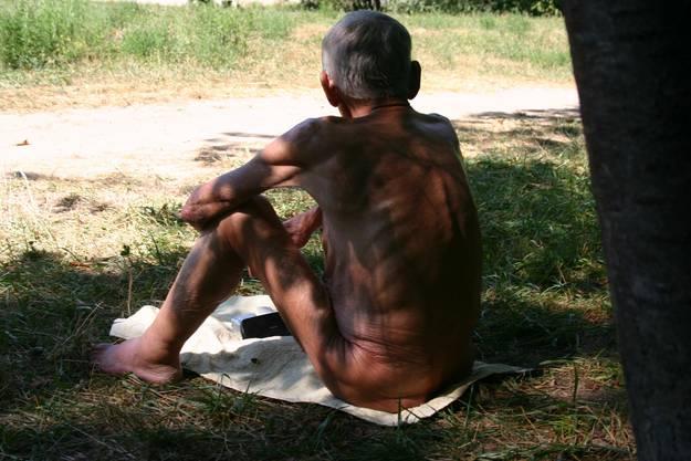 Nudisten geniessen das warme, sonnige Wetter auf der Werdinsel