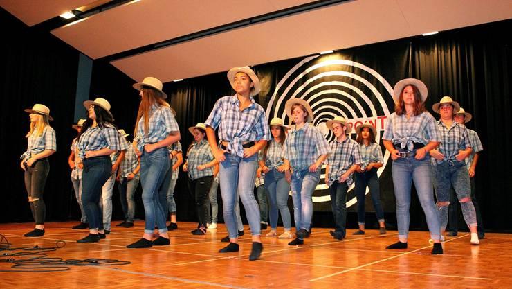 Die abtretenden Schülerinnen und Schüler der Klasse 3d Sek B zeigen einene Line-Dance.