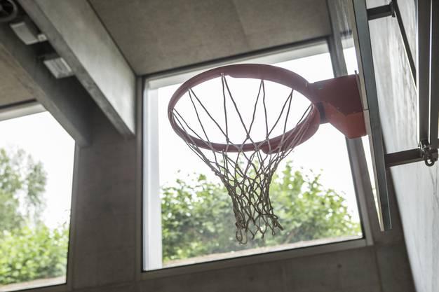 Basketballkorb in der unteren Turnhalle B