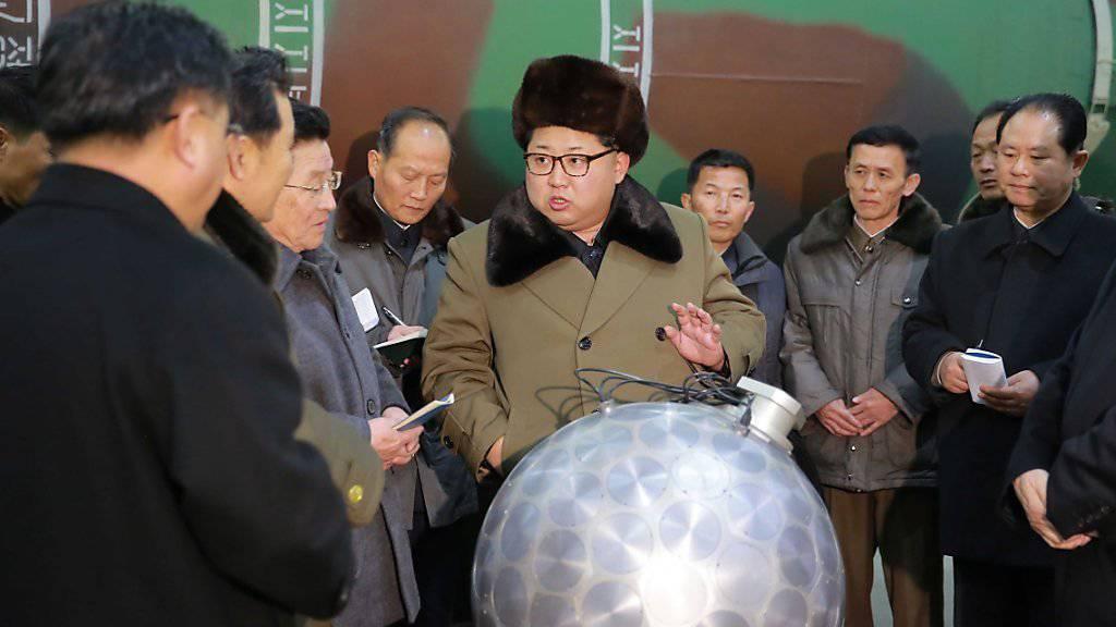Nordkoreas Machthaber Kim Jong Un mit seinen Nuklear-Wissenschaftlern (Archivbild)