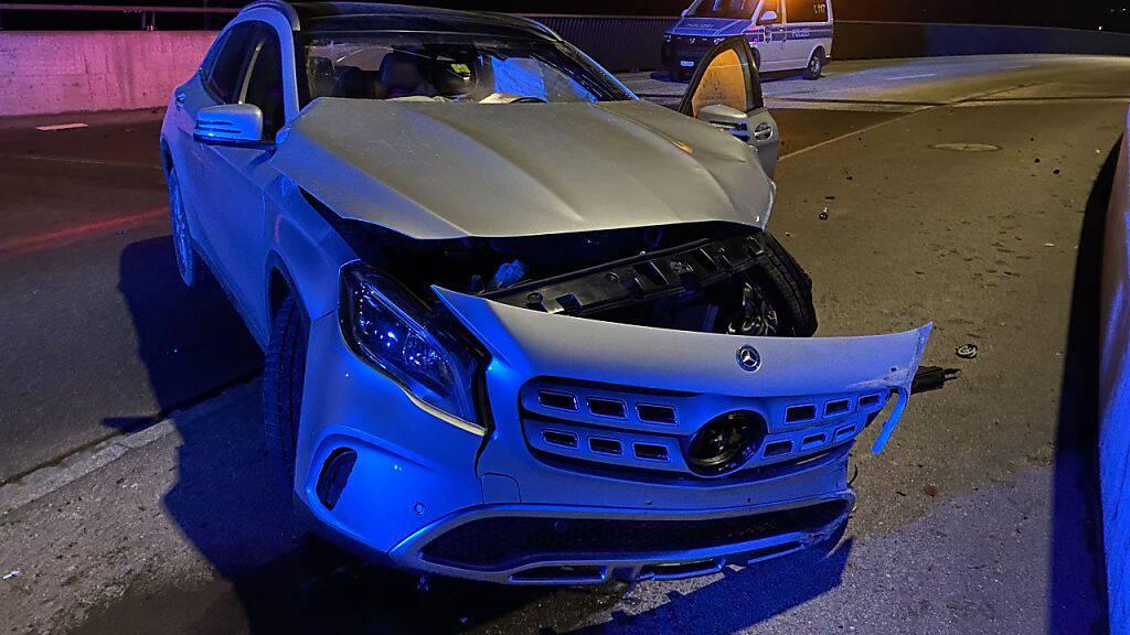 Nach dem Unfall liess der junge Fahrer das Auto sowie seine verletzte Beifahrerin zurück.
