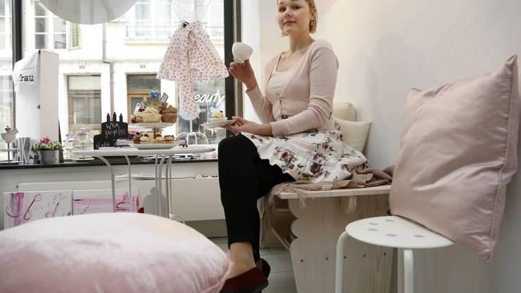 Linda Gutkneckt in ihrem Atelier. Hier lädt sie zum Kaffee-, Torten- und Cupcake-Schmaus.