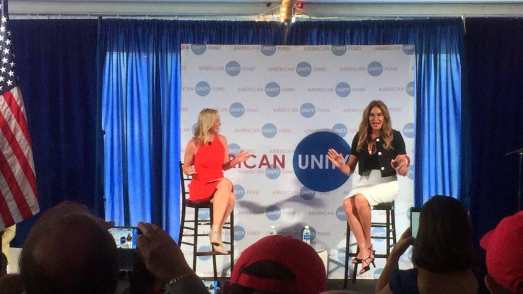 Caitlyn Jenner (r) wirbt am American Unity Fund Brunch in der Rock and Roll Hall of Fame in Cleveland um Verständnis für Transgender.