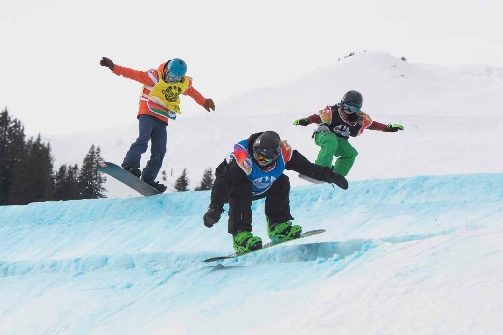 Snowboardcrosser im Wettkampf (© pd)
