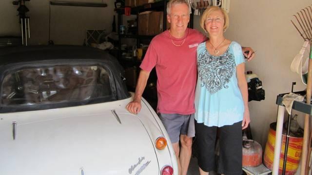Die glücklichen Russels mit ihrem wiederaufgetauchten Sportwagen
