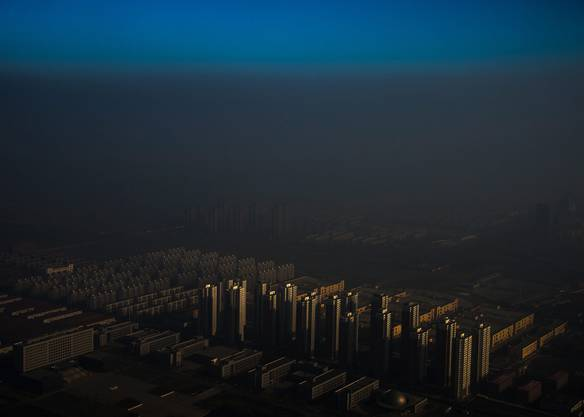 Kategorie Zeitgenössisches/Zhang Lei (CHN): Die chinesische Stadt Tianjin versinkt im Smog.