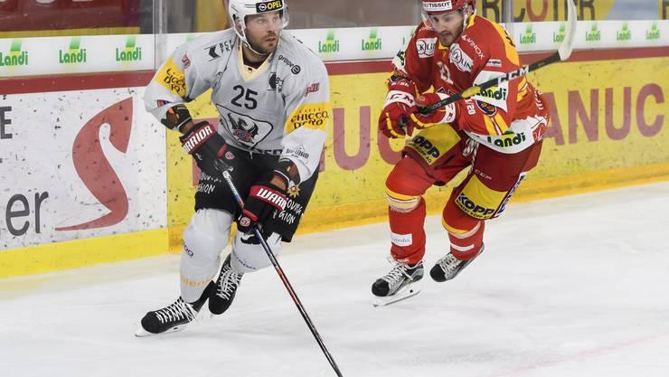 Viktor Stalberg (links) hat bei Fribourg-Gottéron noch nicht eingeschlagen.
