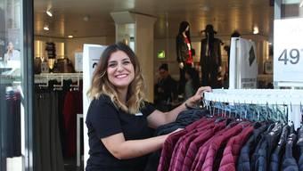 Filialleiterin Sara Vinciguerra freut sich sichtlich über die Eröffnung.