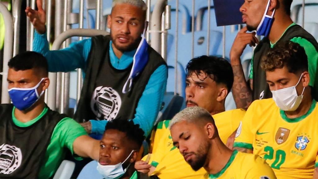 Neymar verfolgt das Geschehen auf dem Platz von der Tribüne aus.